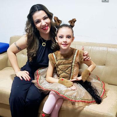 Christine e sua filha Livia com DM1 em figurino de ballet