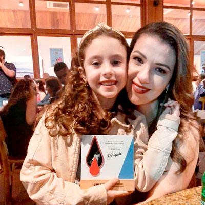 Foto de Christine e Livia, sua filha com DM1