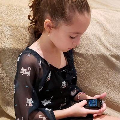 Foto da Livia (filha da Christine) verificando sua glicemia