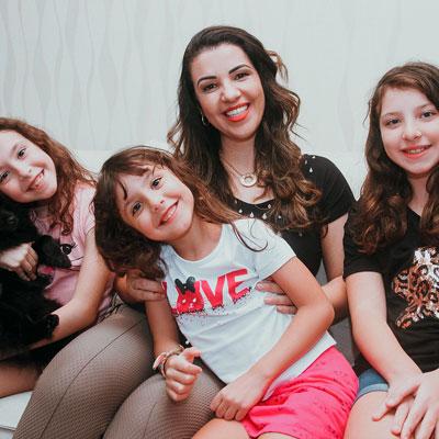 Foto da Christine com as duas 3 filhas